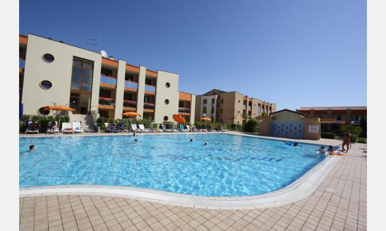 residence AI GINEPRI: esterno con piscina