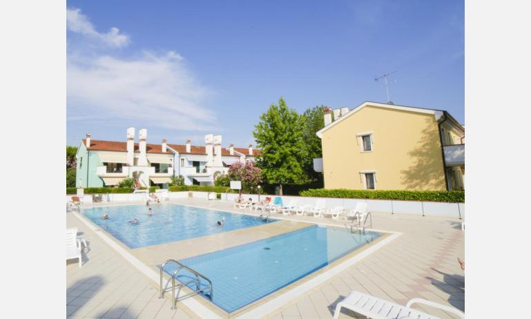 residence LE BRICCOLE: esterno con piscina