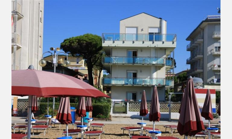 Residence MEERBLICK: Sight der Außenwohnanlage vom Strand