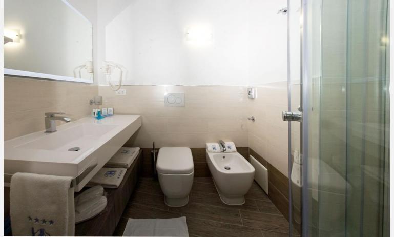 Hotel CORALLO: Badezimmer mit Duschkabine (Beispiel)