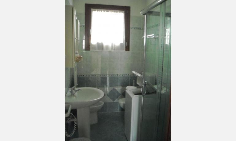 residence VILLAGGIO DEI FIORI: bagno (esempio)