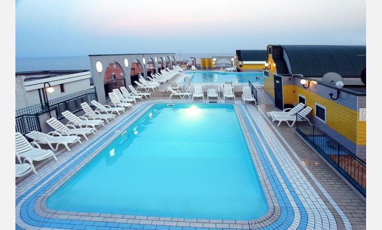 residence CRISTOFORO COLOMBO: ultimo piano con piscine e vista sul mare