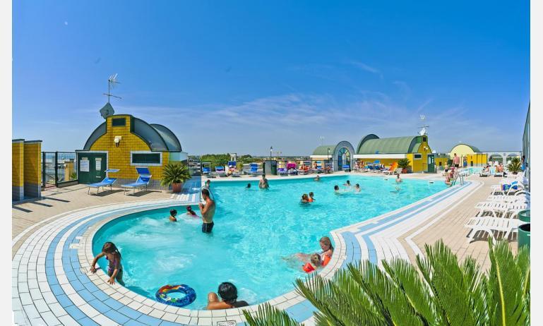 residence CRISTOFORO COLOMBO: piscina sovraelevata