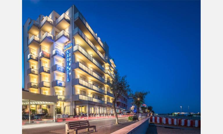 hotel KARINZIA: esterno notturno
