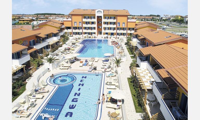 residence HEMINGWAY: esterno con piscina
