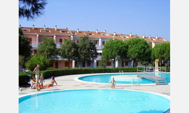 residence RIVIERA: esterno con piscina