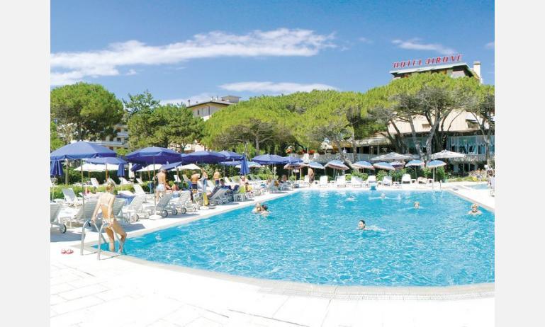 hotel AIRONE: esterno con piscina
