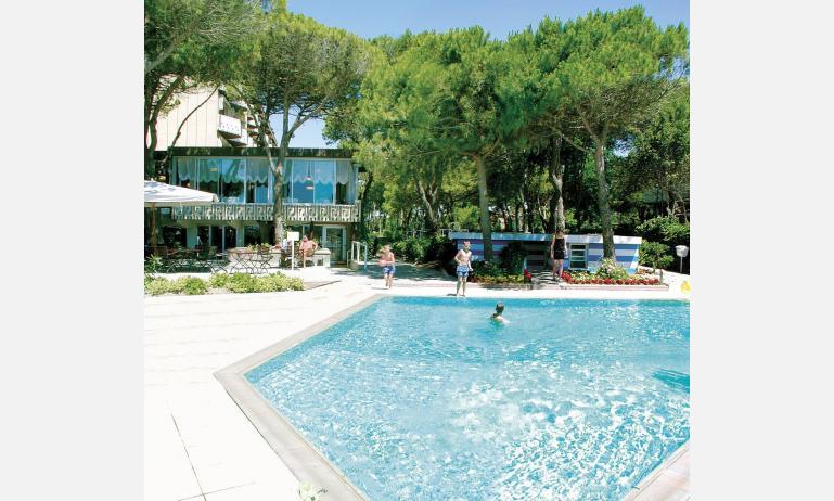 hotel AIRONE: esterno con piscina bambini