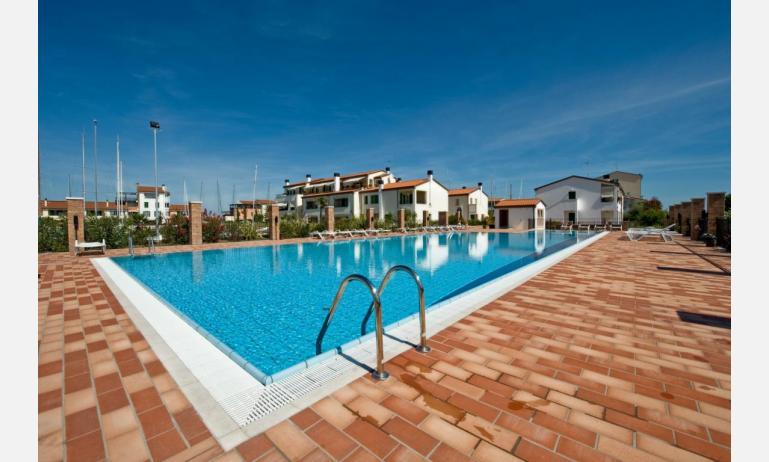 appartamenti MAESTRALE: esterno con piscina