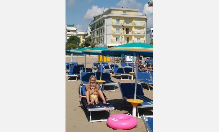 hotel TOURING: esterno dalla spiaggia
