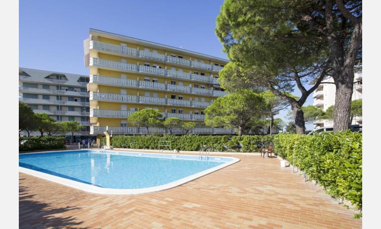 appartamenti LA ZATTERA: esterno con piscina