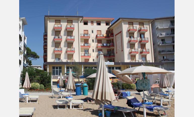 hotel LONDON: esterno dalla spiaggia