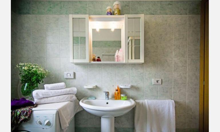 appartamenti RESIDENCE PLAYA: B5 - bagno con lavatrice (esempio)
