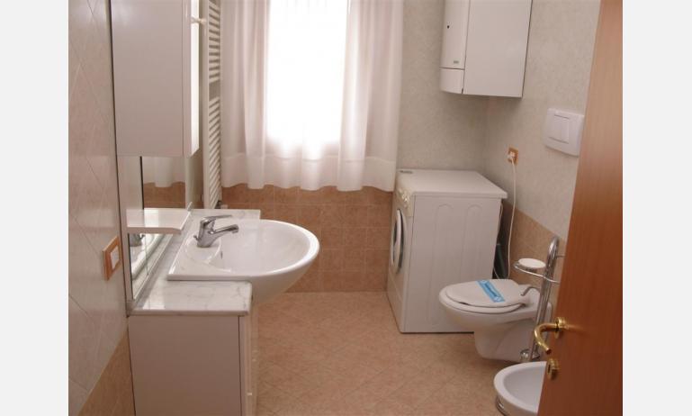 appartamenti RESIDENCE PLAYA: C7 - bagno con lavatrice (esempio)