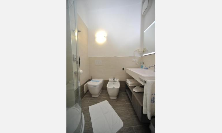 Hotel CORALLO: Superior - Badezimmer mit Duschkabine (Beispiel)