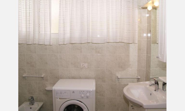 appartamenti LAURA: B4 - bagno con lavatrice (esempio)