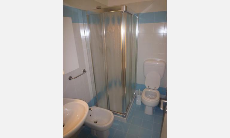 residence RUBINO: B4 - bagno con box doccia (esempio)
