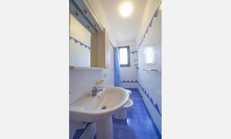 residence PORTO SOLE: C4* - bagno con tenda (esempio)