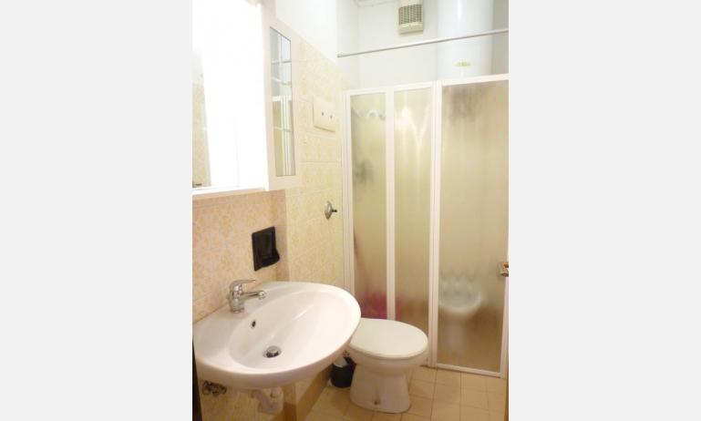 appartamenti LARA: C4 - bagno con box doccia (esempio)