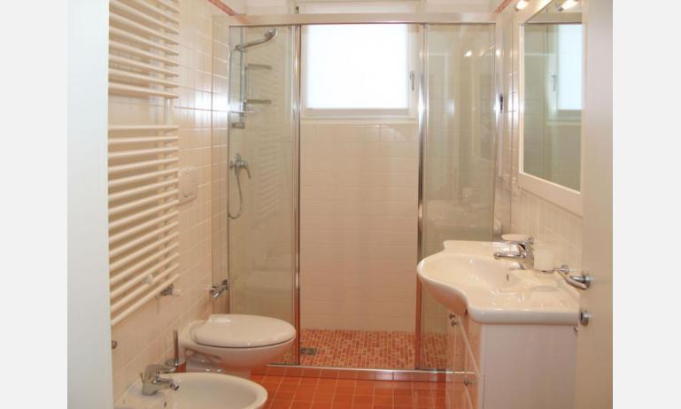 Residence MEDITERRANEE: B4/5 - Badezimmer mit Duschkabine (Beispiel)