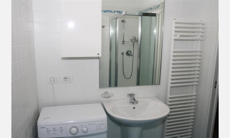 residence MEDITERRANEE: B4/5 - bagno con lavatrice (esempio)