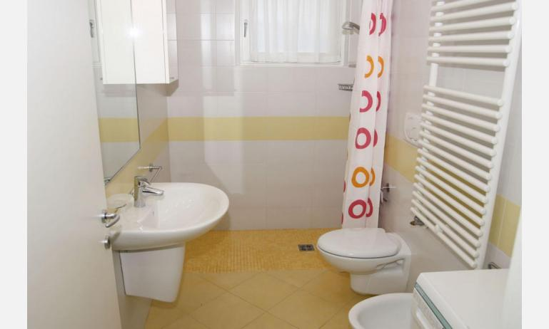 residence MEDITERRANEE: B4/5 - bagno con tenda (esempio)