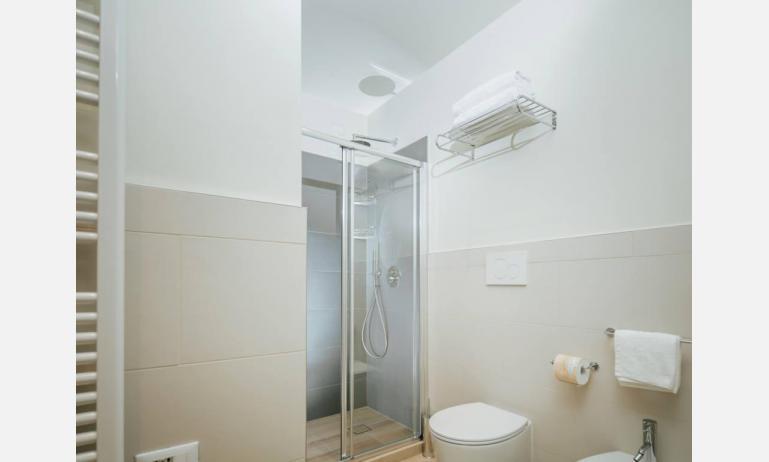 aparthotel TOURING: BB view - bagno con box doccia (esempio)