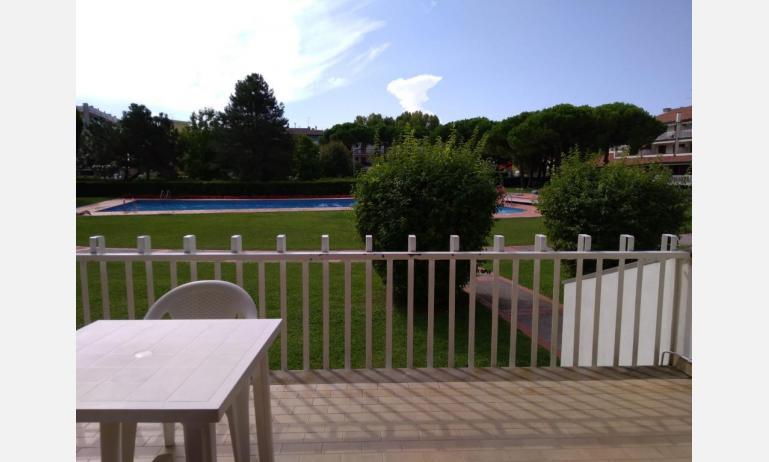 residence VILLAGGIO SELENIS: B4 - terrazzo vista piscina (esempio)