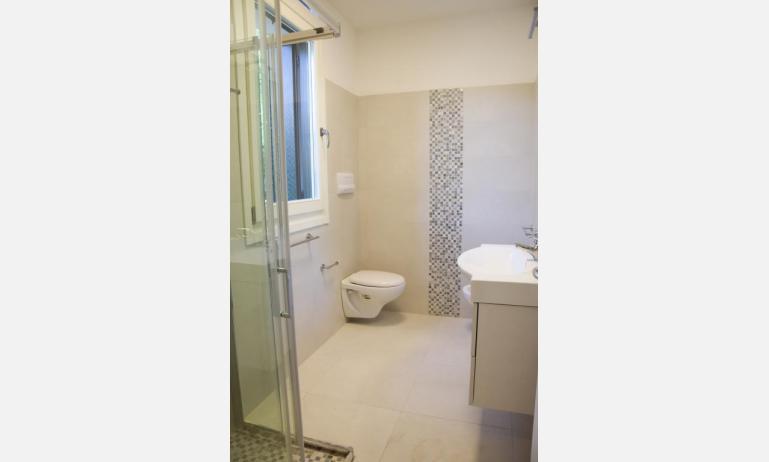 appartamenti Residenza GREEN MARINE: C8 - bagno con box doccia (esempio)