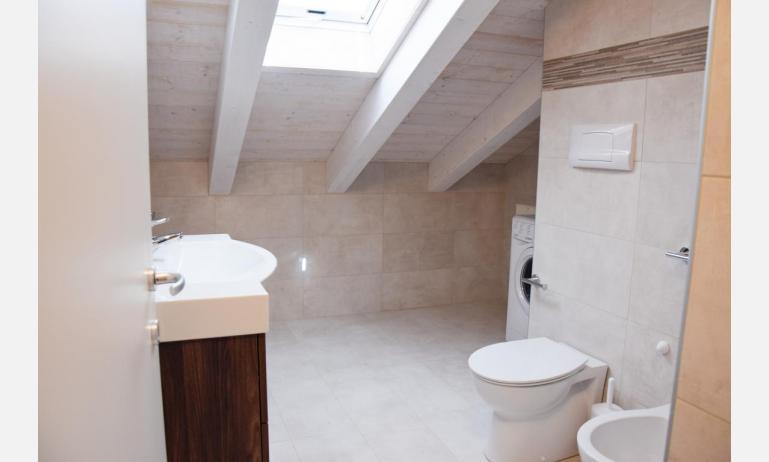 appartamenti Residenza GREEN MARINE: C8 - bagno con lavatrice (esempio)