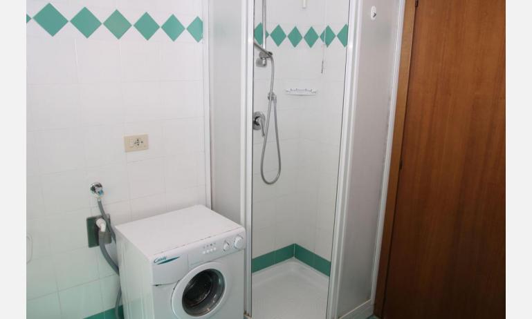 appartamenti VILLA MAZZON: C5 - bagno con box doccia (esempio)