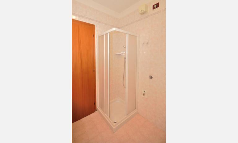 residence LIDO DEL SOLE 1: B5 - bagno con box doccia (esempio)