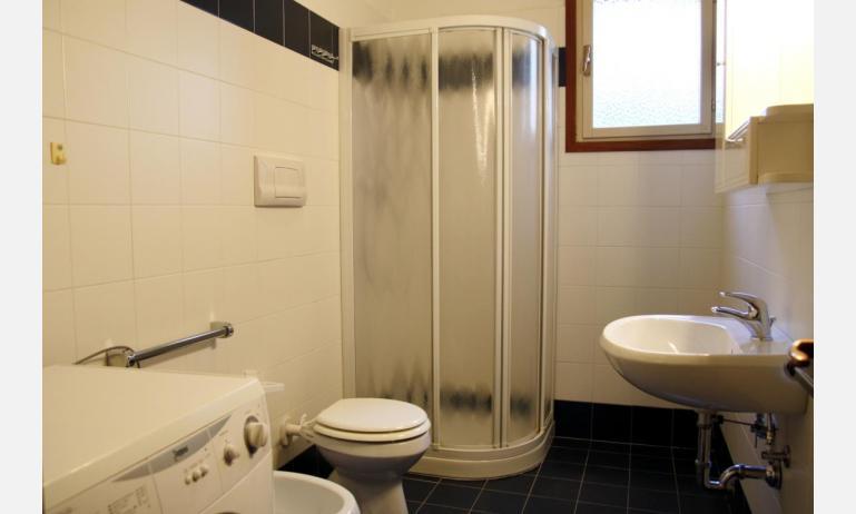 appartamenti JOLLY: B6 - bagno con box doccia (esempio)