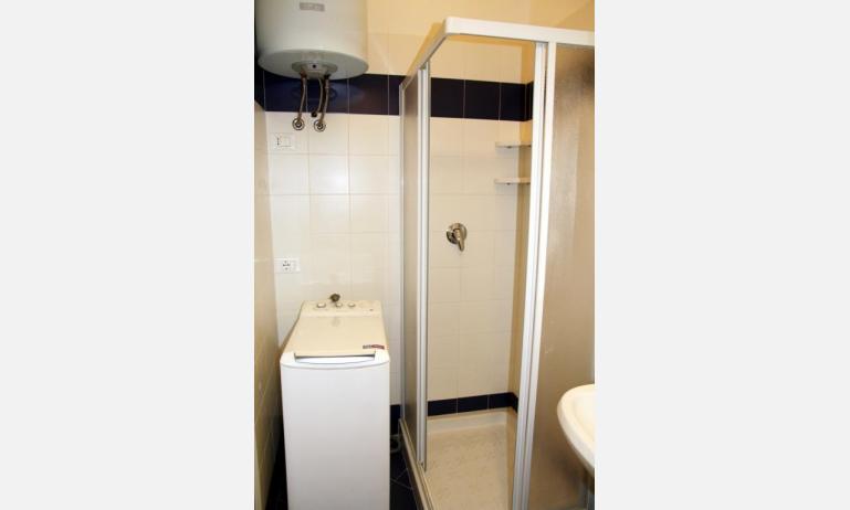 appartamenti JOLLY: C8 - bagno con box doccia (esempio)