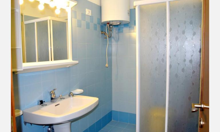 appartamenti VISTAMARE: B5 - bagno con box doccia (esempio)