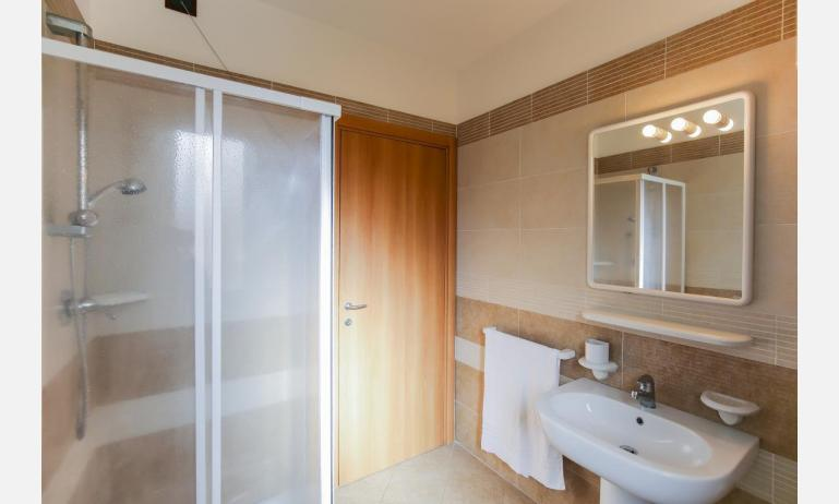 residence LE GINESTRE: C7 - bathroom (example)