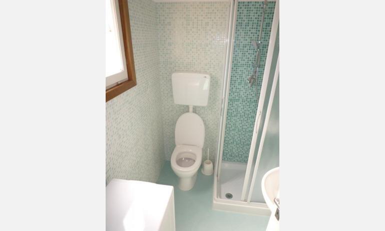 appartamenti MINI-JET: B4 - bagno con box doccia (esempio)