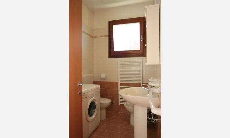 residence VILLAGGIO DEI FIORI: B4 - bagno con lavatrice (esempio)