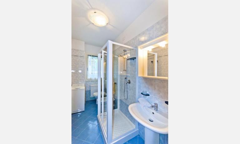 appartamenti CARAVELLE: B4 - bagno con lavatrice (esempio)