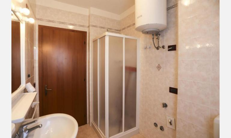residence LIDO DEL SOLE: B5 V - bathroom with a shower enclosure (example)