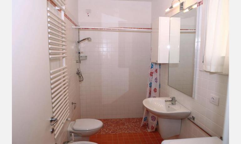 Residence MEDITERRANEE: C5 - Badezimmer mit Duschvorhang (Beispiel)