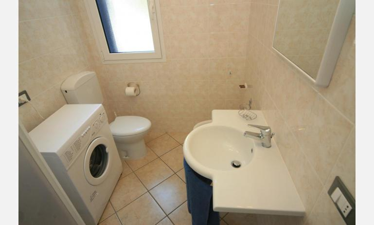 appartamenti STEFANIA: C6 - bagno con lavatrice (esempio)