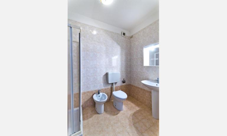 residence CRISTINA BEACH: A4 - bagno con box doccia (esempio)