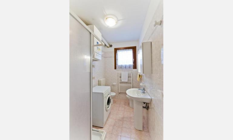 residence CRISTINA BEACH: B4 - bagno con lavatrice (esempio)