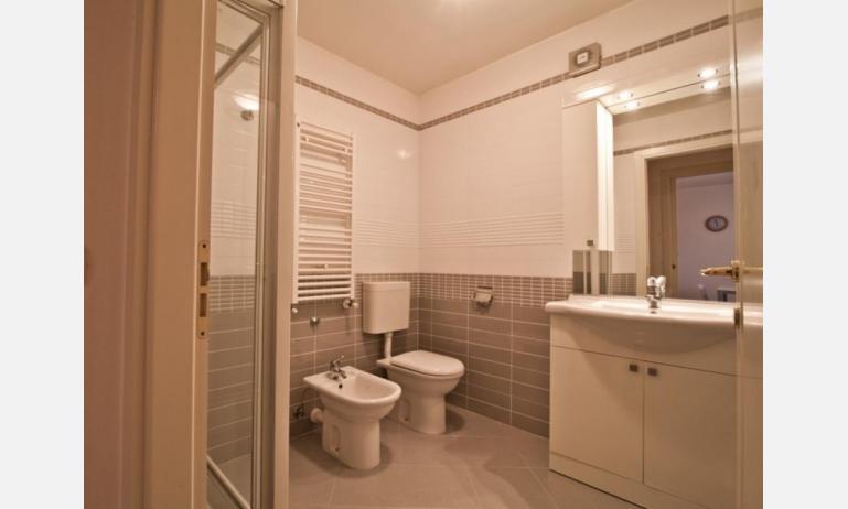 residence COSTA AZZURRA: B4 - bagno con box doccia (esempio)
